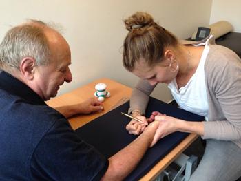 Foto von Frau Gerken während einer handtherapeutischen Behandlung